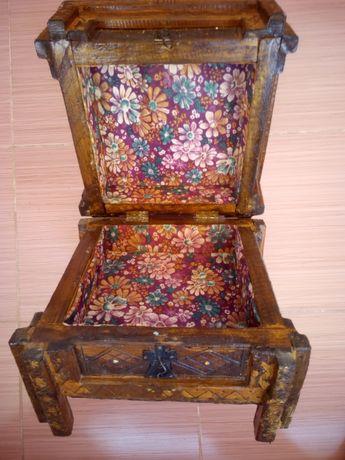Много стара дървена кутия