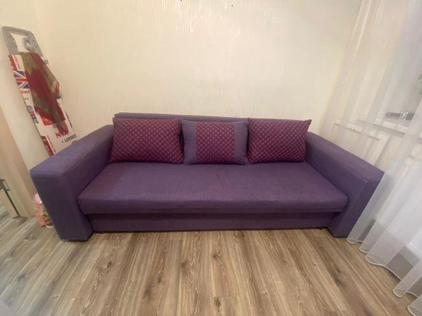Диван фиолетового цвета
