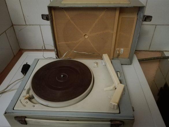 Стар грамофон ,котлони и уред за накити.