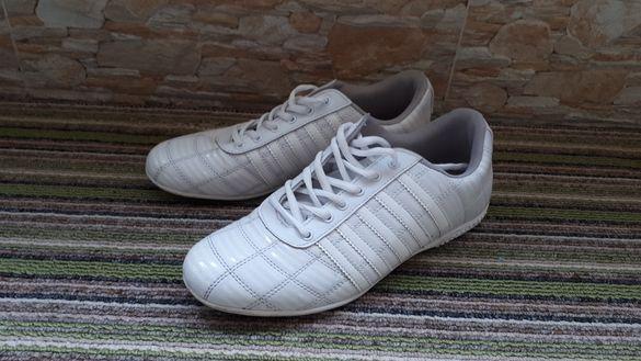 Бели спортни обувки, тип маратонки