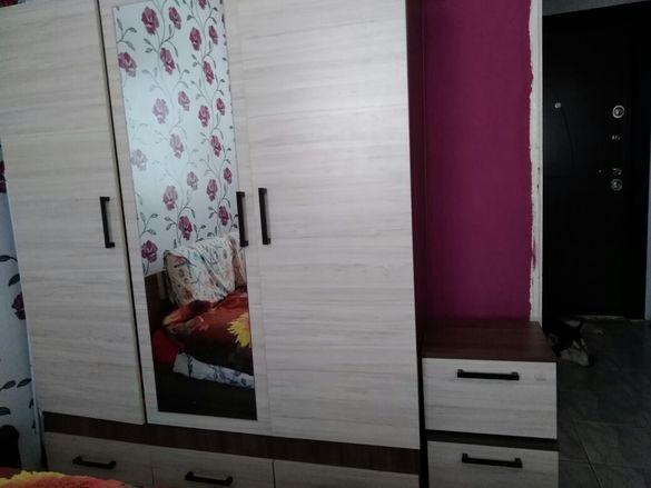 Голям трикрилен гардероб+нощни шкафчета