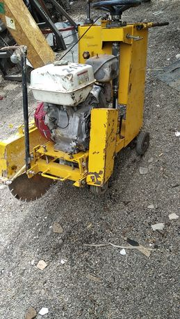 Mașină de tăiat asfalt