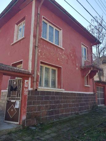 Двуетажна къща с двор и гараж с.Три Кладенци