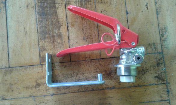 Стойка и дръжка за пожарогасител