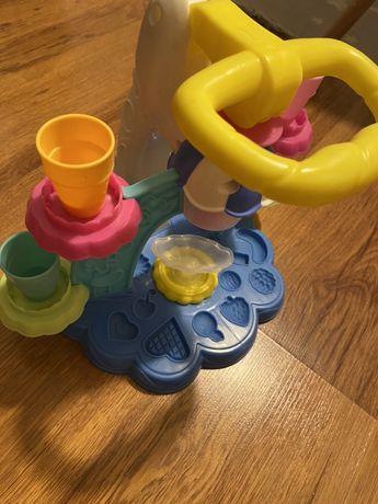 Play Doh - Fabrica de inghetata + cadou aparat de facut multiple forme