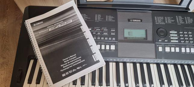 Синтезатор Yamaha PSR E423 с функцией обучения, стойка, чехол от пыли