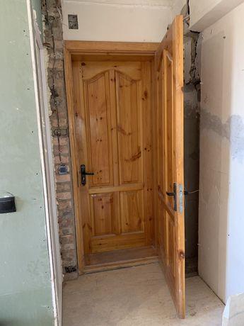 Двери и арка из натурального дерева.