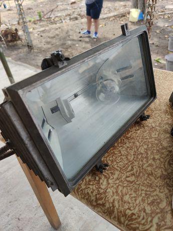 Прожектор  със сменяеми крушки