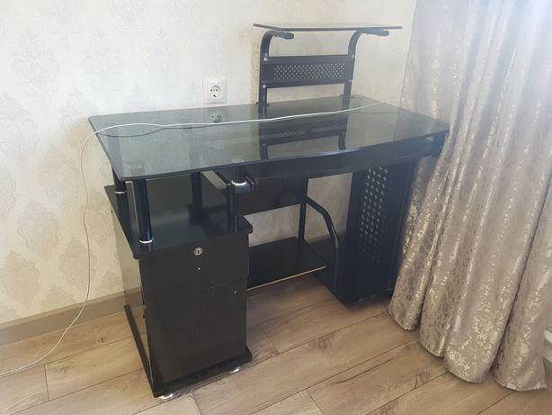 Столик под компьютер стекляный