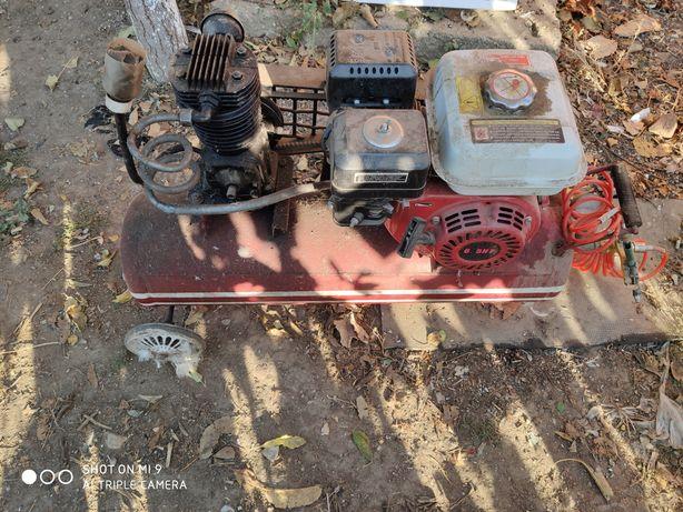 Compresor cu motor pe benzina.