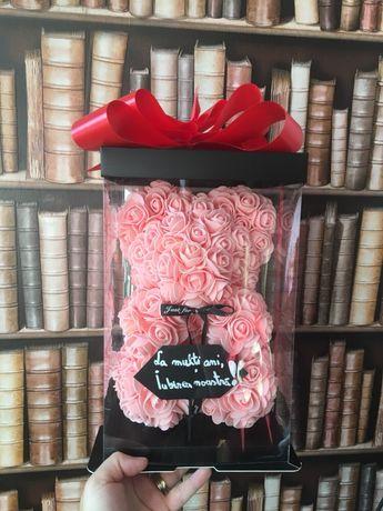 Ursulet parfumat 25 cm, realizat manual din trandafiri si mesaj