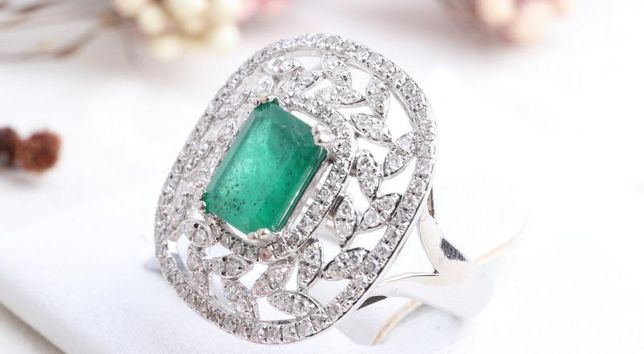 Кольцо с бриллиантами и изумрудом, золото 585 (14K), вес 4.75 г.