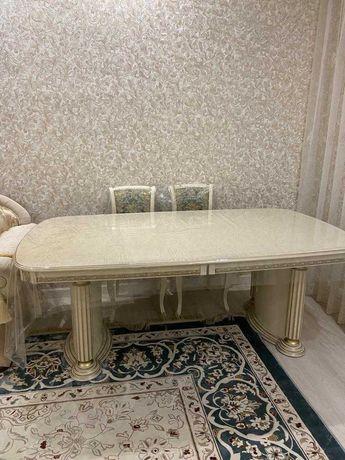Обеденный стол из натурального дерева. В отличном состояний