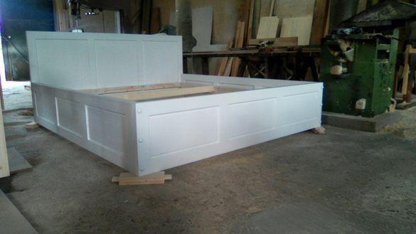Бяла дървена спалня