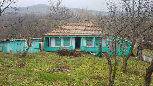 Vând teren și casă bătrânească