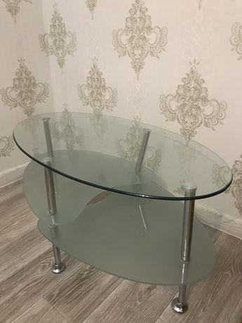 Продам стеклянный журнальный стол