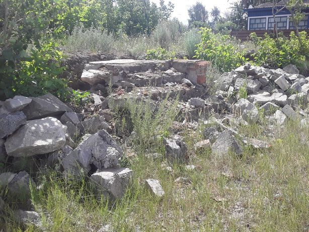 Стены полностью из камня и такой же цоколь