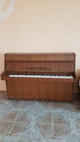 Запазено пиано.