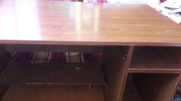 Продавам бюро за училище и за компютържии