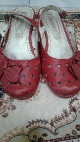 Отдам даром обувь подростковую для мальчика и женская