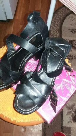 Продам женскую обувь 41 размер кроссовки  ,  басоножки туфли42