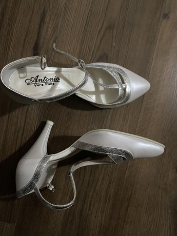 Vând pantofi albi/argintii