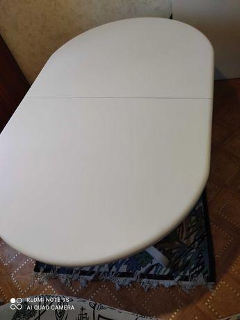 Продаётся овальный стол белого цвета.