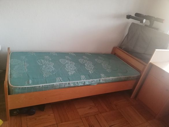 Легло с матрак, ракла и бюро