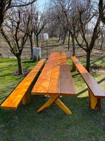 Masa și bănci rustice din lemn masiv