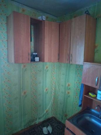 Стол тумба, навесные шкафы.