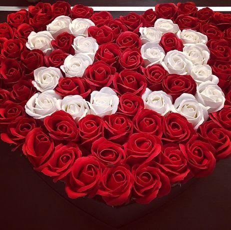 Cutie in forma de inima cu varsta din trandafiri de sapun la comanda
