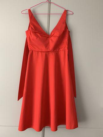Червена рокля с панделка на врата