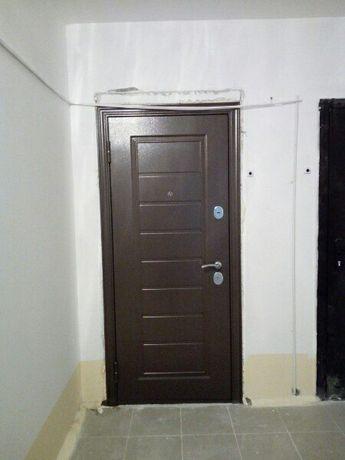 Установка входных дверей и изготовление тамбурных дверей