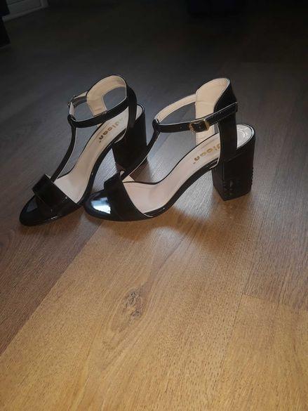 Дамски сандали с интересен ток