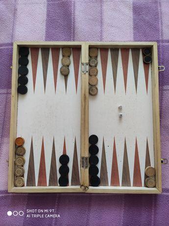 Vând joc table, cutia este de mărime medie