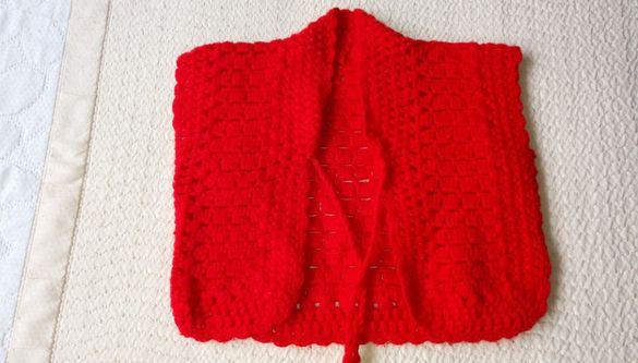 Бебешка червена плетена жилетка дъжина 25см . Нова.