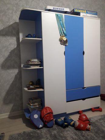 Детский шкаф вместе с боксёрскими перчатками, лапки, гантели и хоккей