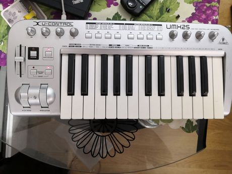 Behringher UMX25 - USB / Midi controler keyboard