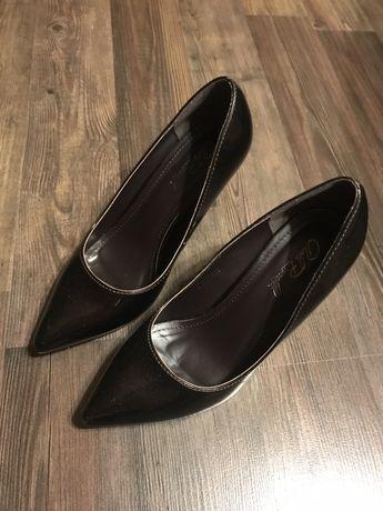 Тъмно кафяви обувки