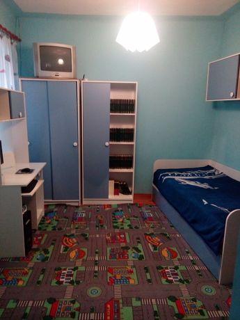 Mobilă dormitor( 5 corpuri) + mocheta care se vede in poze