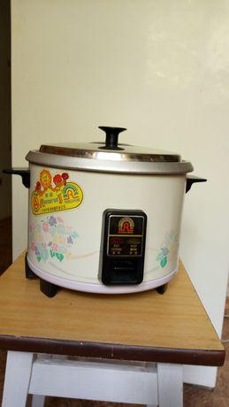Рисоварка с приспособлением для приготовления блюд на пару