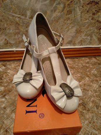 Продам нарядные туфельки лакированные на небольшом каблуке