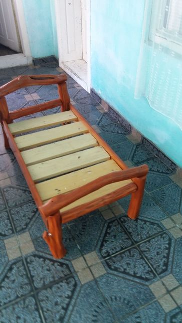 Patut rustic din lemn pentru copii