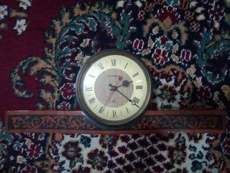 Продам часы фирмы Янтарь СССР, тяжелые, деревянные, лакированные.