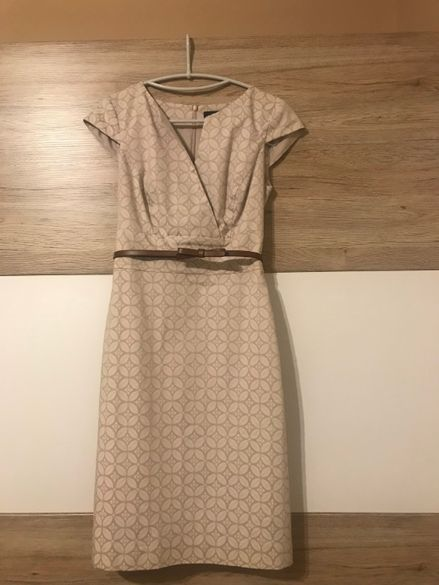 Бежова рокля с коланче COMMA