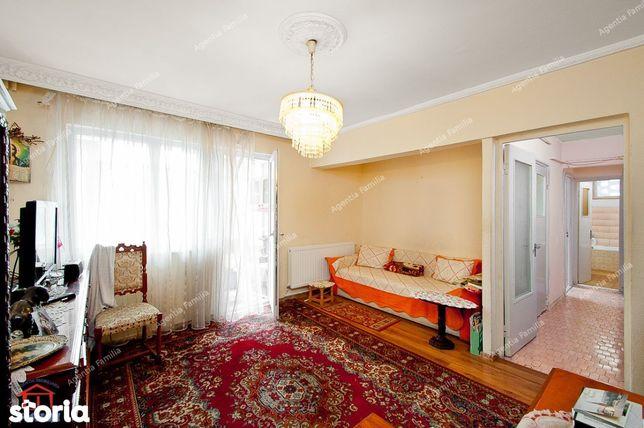 Vanzare apartament cu 3 camere, zona centrala( Cosoreanu), etaj 1.
