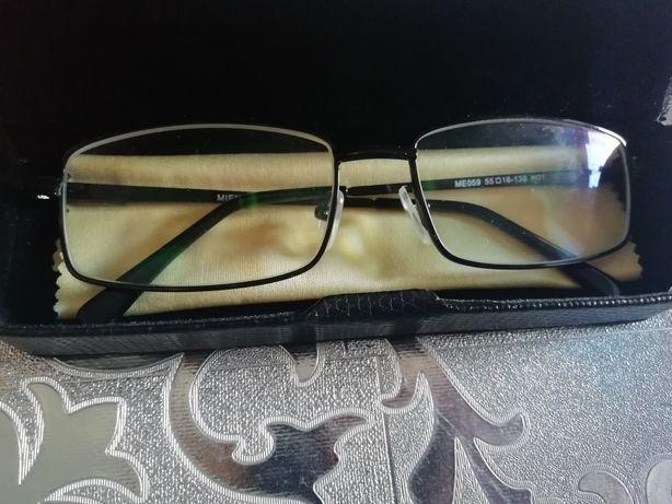 Очки для зрения с футляром.