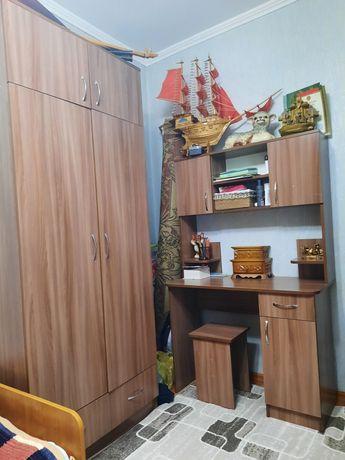 Шкаф и парта для спальни