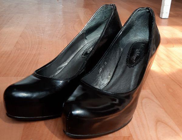 Продам кожаные лакированные туфли новые