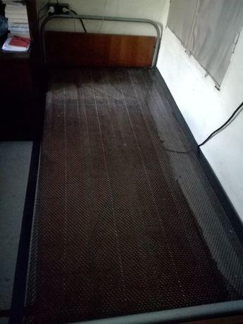 Дървено легло с пружина и пружини с крачета